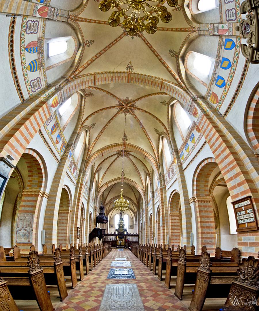 Indenfor i kirken er meget storslået Billedet er sat sammen af tre billeder